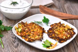 Zucchini-Karotten-Puffer mit Kräuterquark