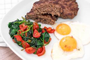 Steaks hachés low carb avec épinards et œuf