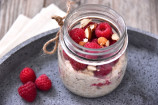 Overnight oatmeal con lampone e mandorle