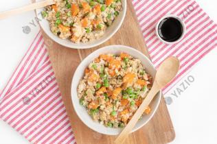 Blumenkohl-Reis mit Karotten und Erbsen
