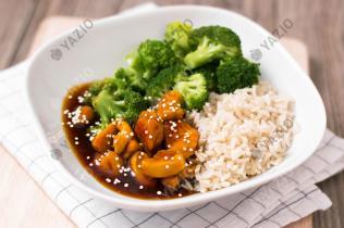 Sesam-Hähnchen mit Reis und Brokkoli