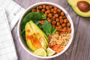 Insalata di quinoa, avocado e ceci tostati