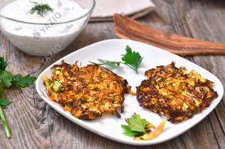Frittelle di zucchine e carote con yogurt alle erbe aromatiche