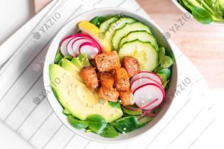 Insalata di salmone con cetrioli e avocado