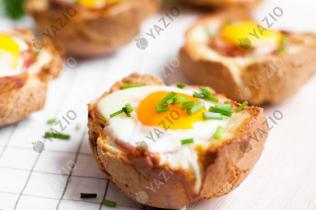 Ciotole di pane farcite con uova