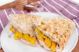 Pancake al prosciutto con ricotta e uova strapazzate