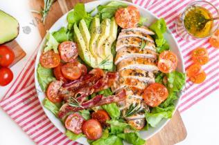 Salat mit Rosmarin-Hähnchen